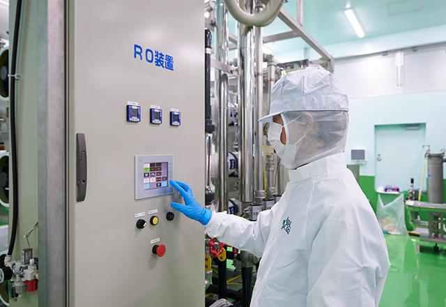 工場でRO装置を操作している男性